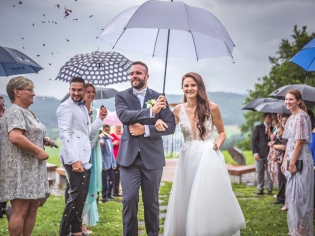 Svatební obřad na louce v Beskydech - ženich a nevěsta
