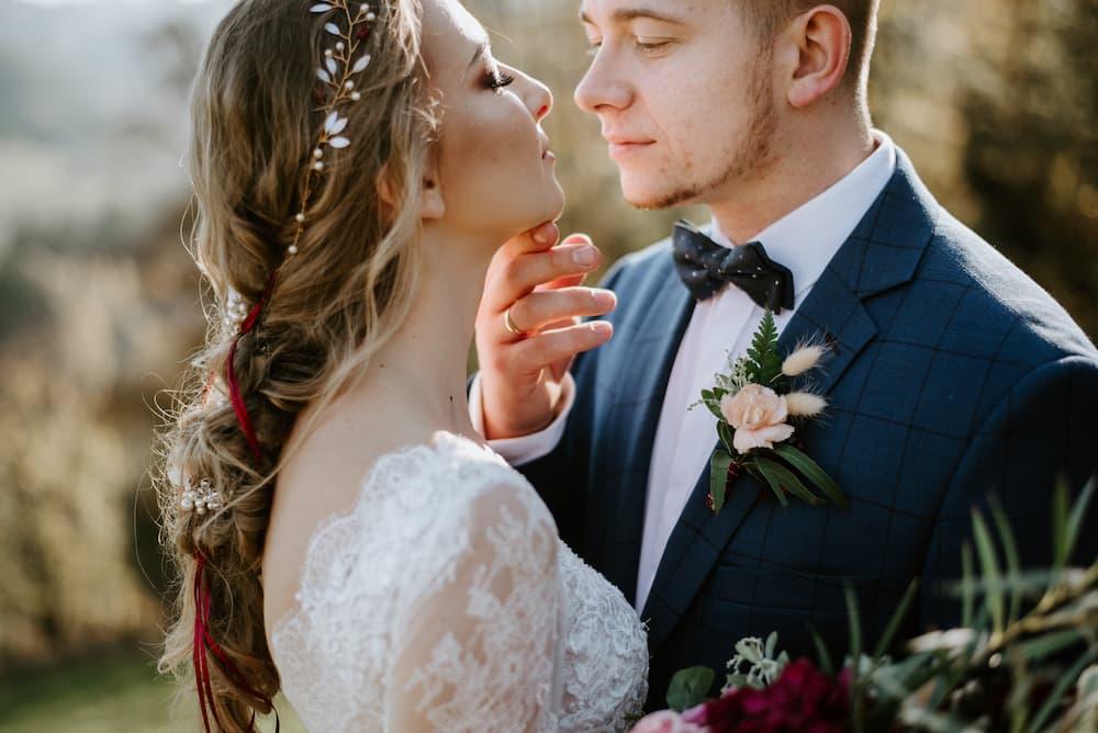 Svatební polibek - nevěsta a ženich