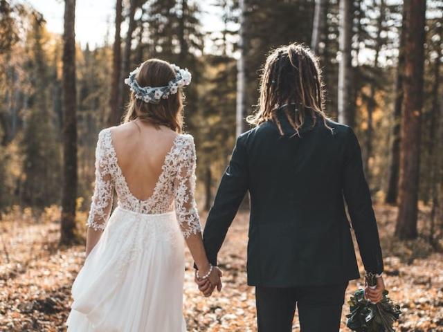 Boho svatba - nevěsta a ženich v lese