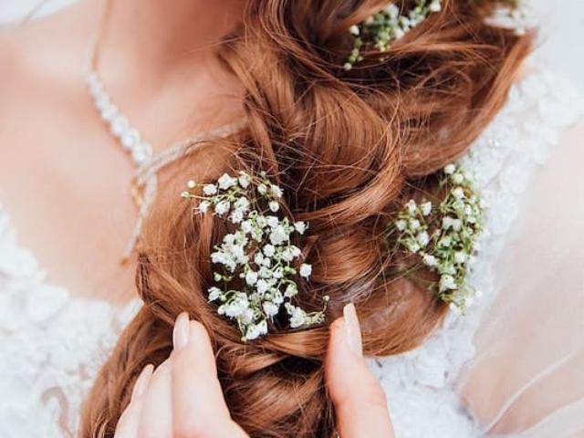 Květiny vpletené do vašich vlasů jsou skvělým doplňkem