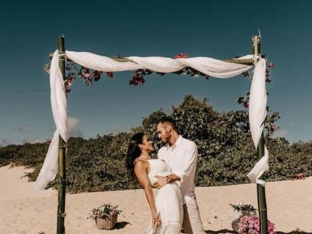 Svatba na plazi u more.