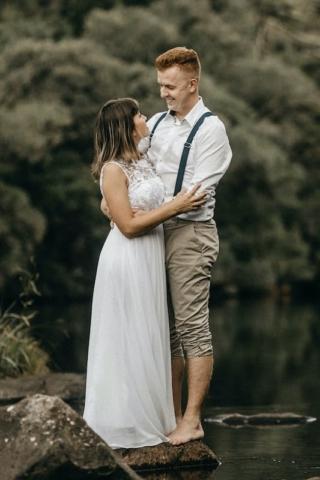 Novomanželé u vody - přírodní svatba