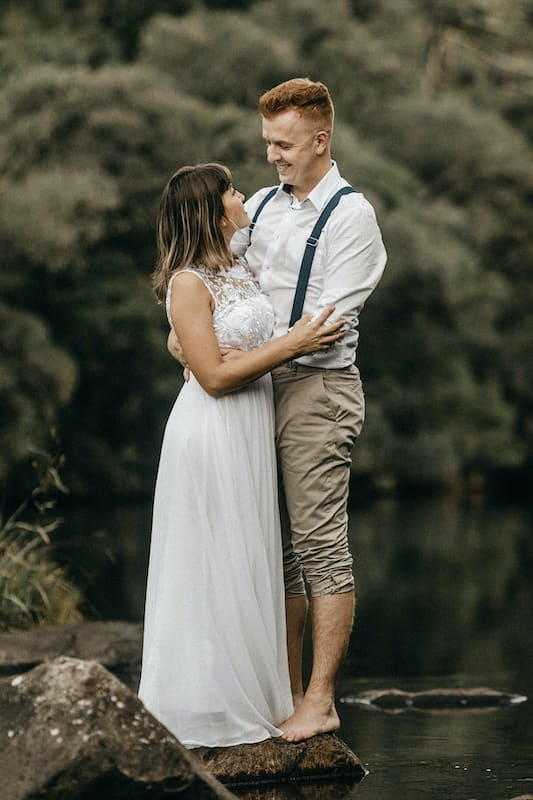 Lněné kalhoty a vzdušná košile bez vázanky, skvěle zpadají do boho stylu oblékání ženicha.