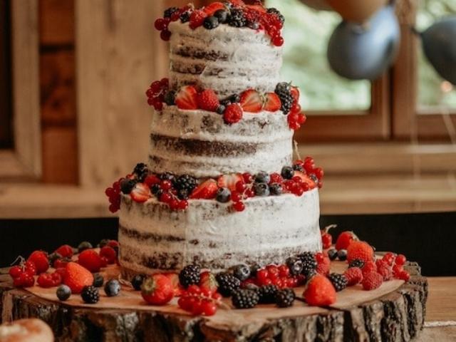 Svatební dort na dřevěném podnosu.