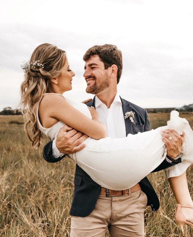Muž drží v náručí ženu