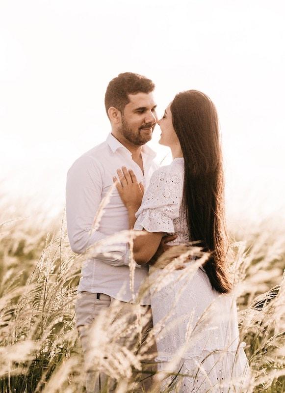 Nevěsta a ženich v poli