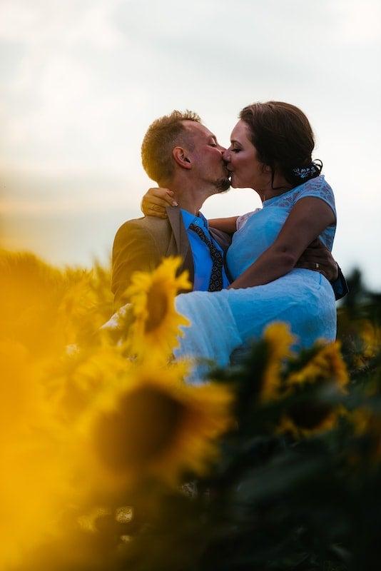 Pár líbající se v poli slunečnic