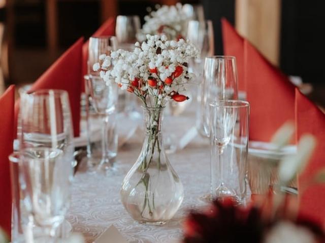 Váza s květinami a šípkem