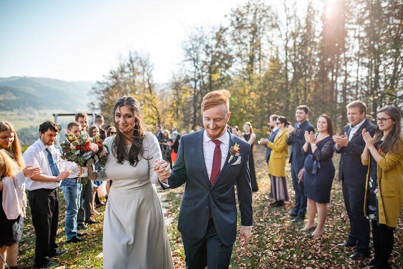Nevěsta a ženich - svatební průvod