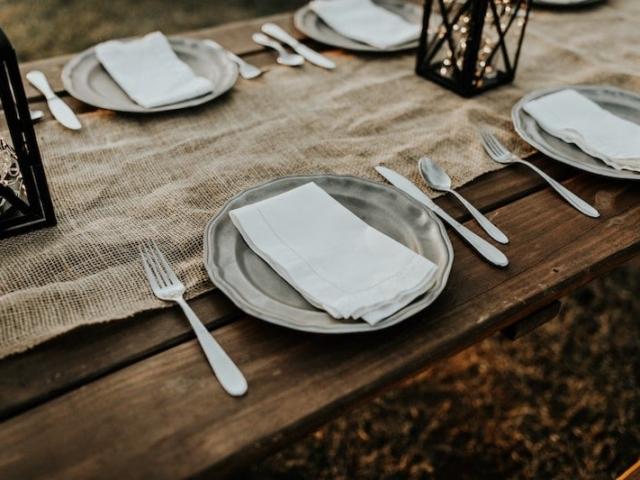 Svatební stůl prostřený jutovým ubrusem