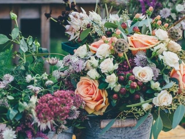 Kovové kyblíky s květinami
